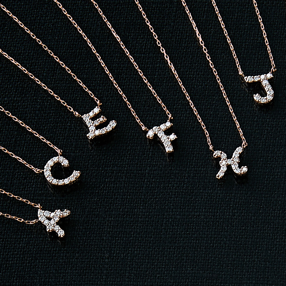 ピンクゴールドとダイヤモンドの イニシャルネックレス A