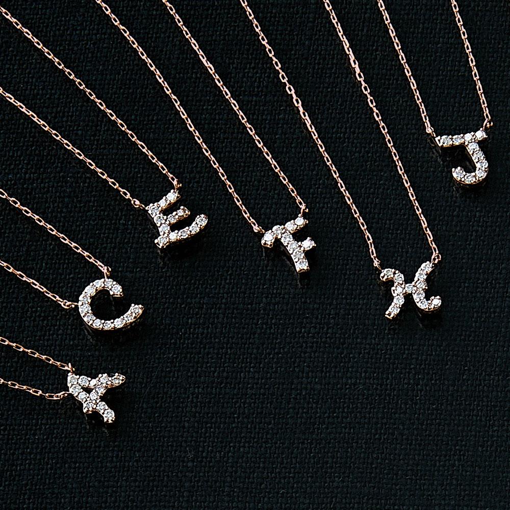 ピンクゴールドとダイヤモンドの イニシャルネックレス F