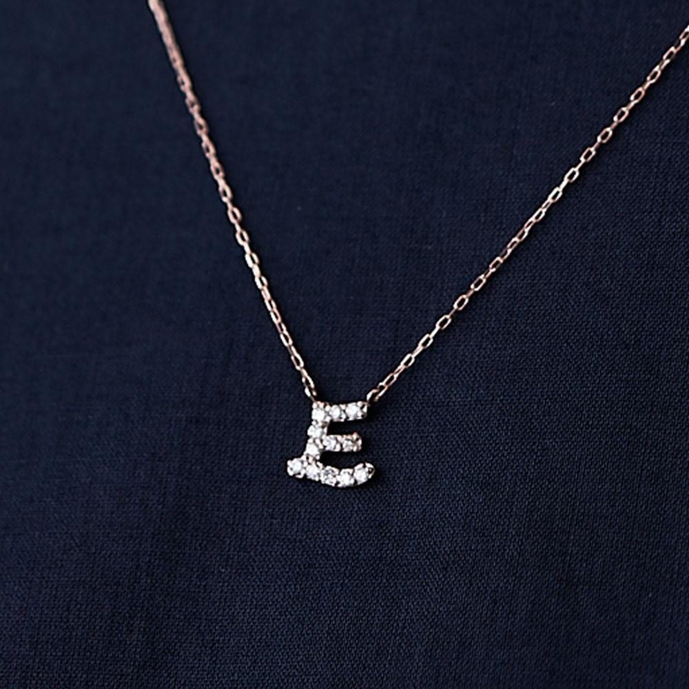 ピンクゴールドとダイヤモンドの イニシャルネックレス E