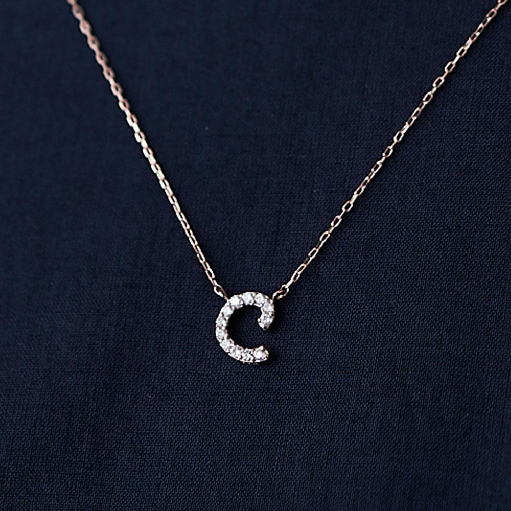 ピンクゴールドとダイヤモンドの イニシャルネックレス C