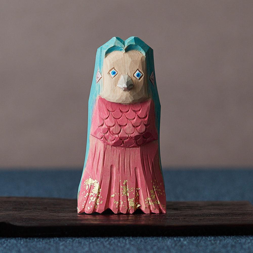 浦弘園さんの一刀彫「アマビエ」×村瀬治兵衛さんの沢栗へぎ台 ピンク