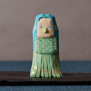浦弘園さんの一刀彫「アマビエ」×村瀬治兵衛さんの沢栗へぎ台 きみどり